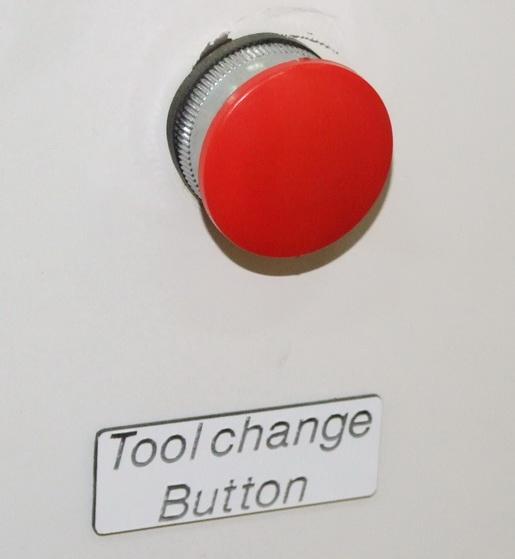 Обрабатывающий центр с ЧПУ. Кнопка захвата инструмента